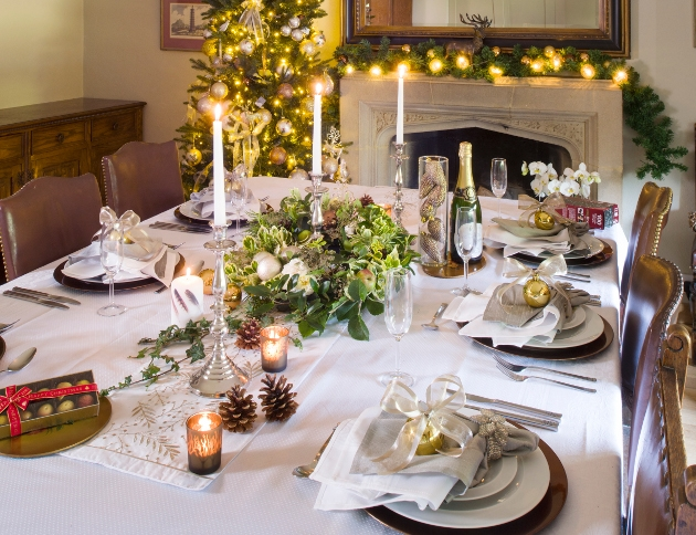 How to Create a Stunning Christmas Table Setting | Hilli