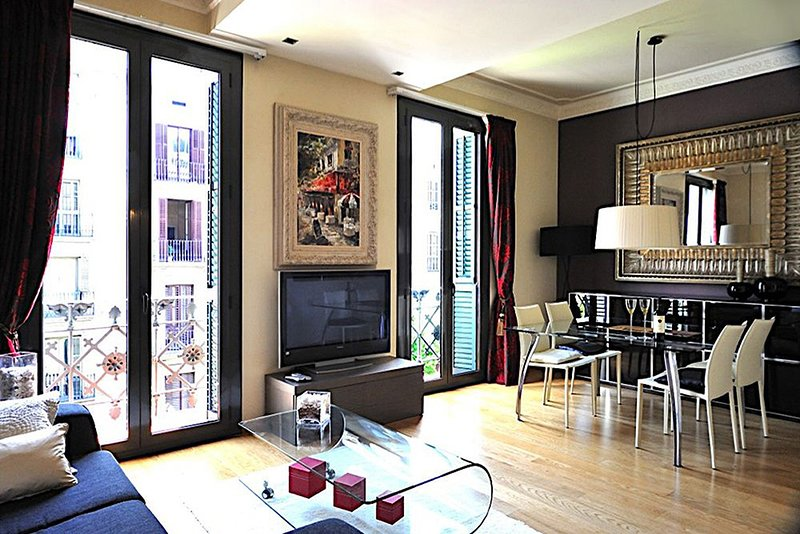 Comfortable 2 Bedroom Art Deco Apartment in the City Center - B200 .