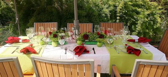 18 Beautiful Outdoor Christmas Table Settings - DigsDi
