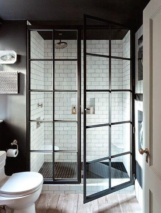 Une sympathique petite salle de bain black and white | Modern .