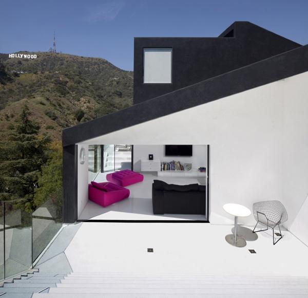 Black and White House Design Proves Opposites Attra