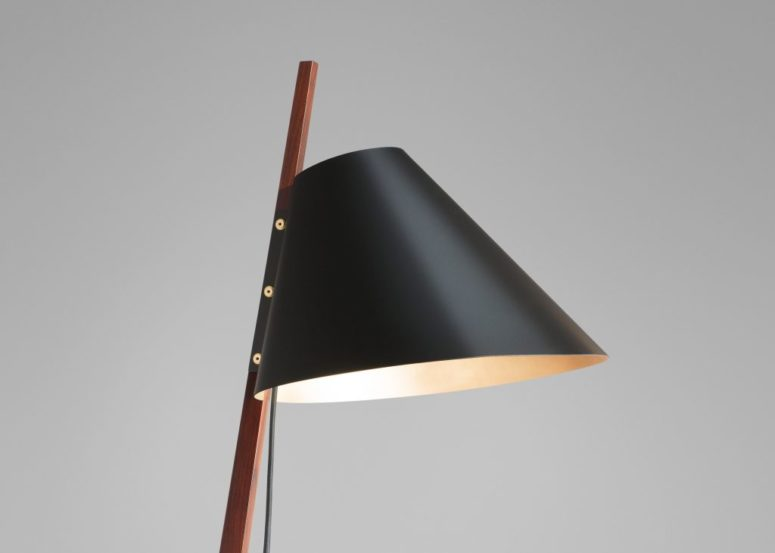 Chic Floor Billy Lamp With Brass Feet - DigsDi