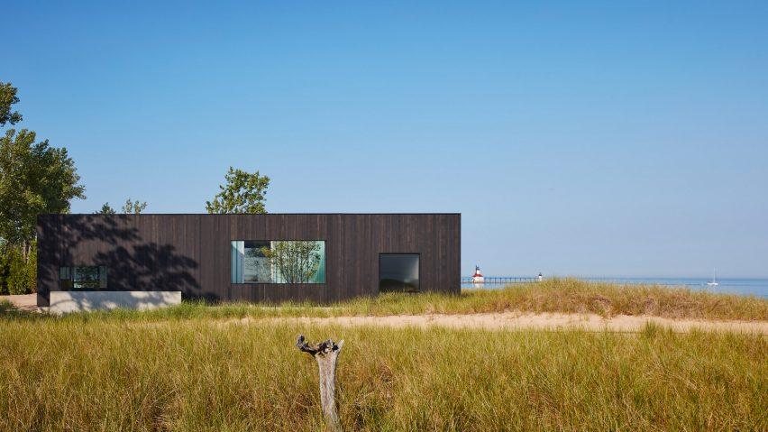 John Ronan's Courtyard House frames views of Lake Michig