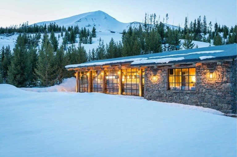 Cozy mountain cabin in Montana maximizes minimal space   House .