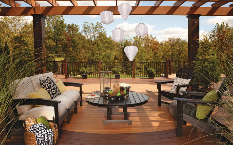 CHECK OUT THESE TIPS FOR CREATING A PARTY-PERFECT DECK - Upscale .