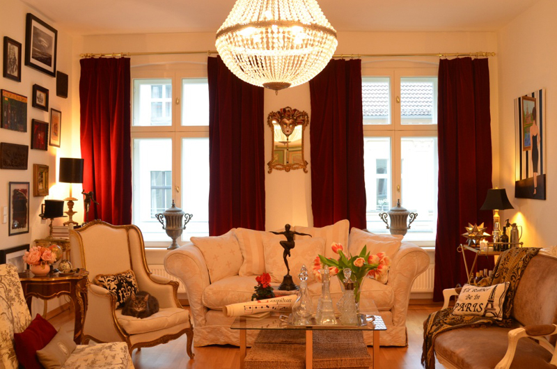 """Home Tour with The """"Antiques Diva ."""