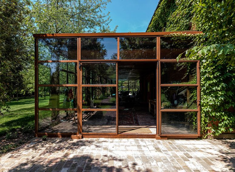 The glass volume is made of glass and corten, and such glazings .
