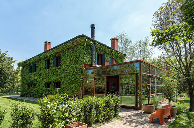Italian Country House Covered With Living Vines - DigsDi