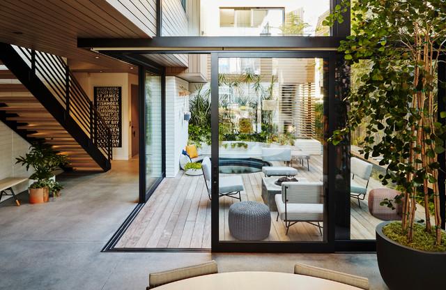 Relaxed Courtyard Celebrates Indoor-Outdoor Livi