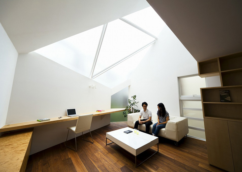 """Tokyo house by Atelier Tekuto with skylight to """"frame the sk"""
