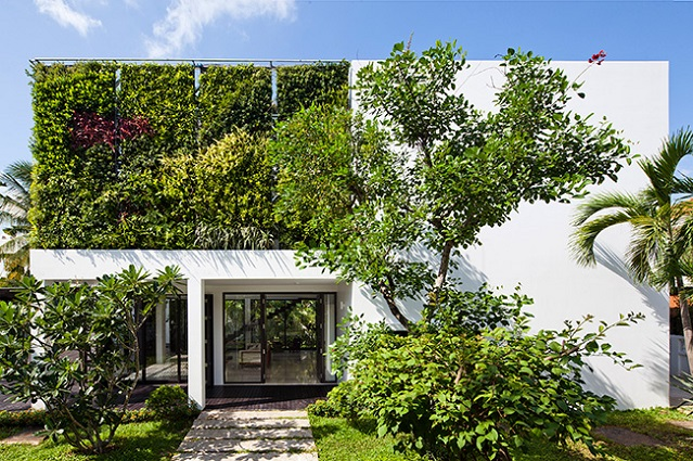 10 homes with super cool vertical garde