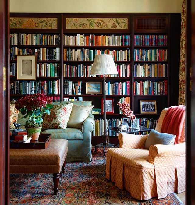The cozy, dark wood library with verre eglomise by @miriamellner .