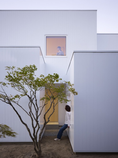 Ultra Minimalist House Made Of Boxes in Japan - DigsDi
