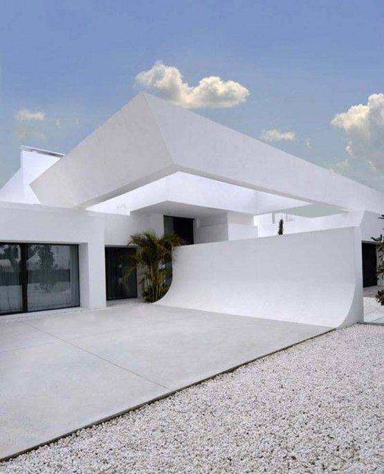 white house exterior 555x686 Modern and Luxury Minimalist White .