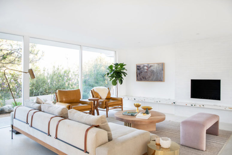 Modernist Home Fully Opened To Outdoors - DigsDi