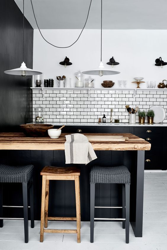 Monochrome industrial kitchen with metallic accents | Keuken .