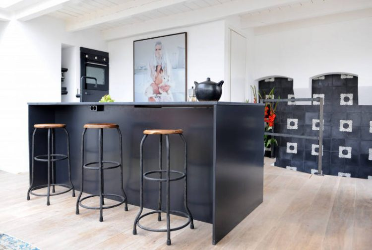 Penthouse Decorated In Eclectic Style With A Black Kitchen - DigsDi