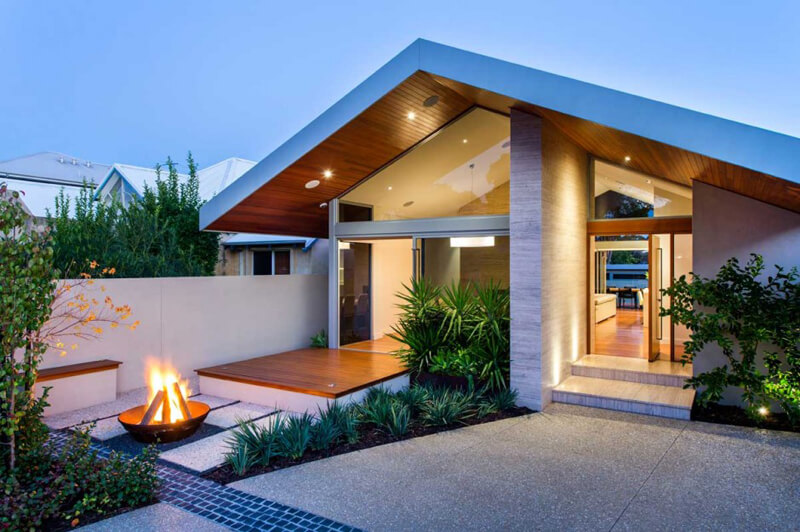 Salter Point House Features A Luxury Renovati
