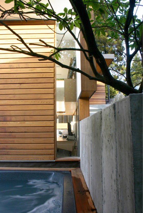 Small Fully Functional Home Office in a Courtyard - DigsDi