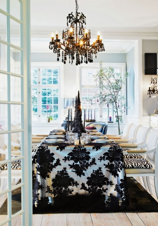10 Stylish Black And White Christmas Décor Ideas - DigsDi
