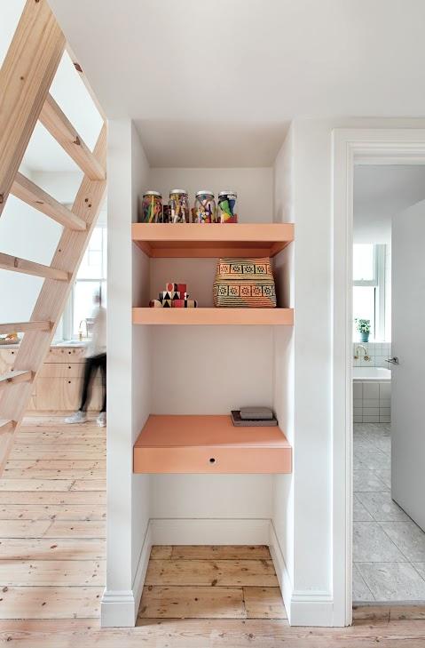 Tiny Apartment Renovation On A Modest Budget | Soveværelse møbler .